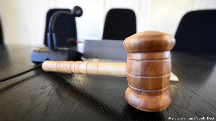 Symbolbild Justiz Richter Gericht Richterhammer (picture-alliance/dpa/U. Deck)
