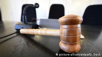 Symbolbild Justiz Richter Gericht Richterhammer