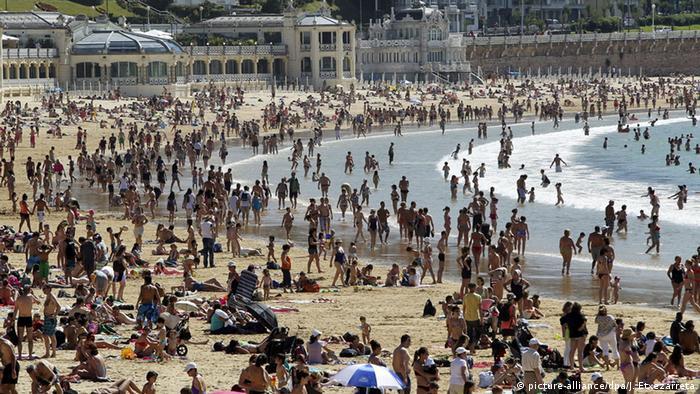 Holidaymakers on the beach in San Sebastian in Spain. Photo: EPA/Javier Etxezarreta (zu dpa Korr-Bericht Storno vermeiden - Schwieriger Zweithandel mit Pauschalreisen vom 13.07.2015) +++(c) dpa - Bildfunk+++ photo credit picture-alliance/dpa/J. Etxezarreta.