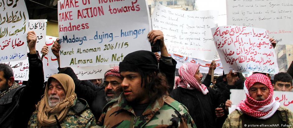 Sírios protestam contra o cerca à cidade de Madaya, próxima à capital Damasco