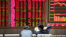 6. Jan. 2016 BEIJING, CHINA - JANUARY 06: (CHINA OUT) Investors observe stock market at an exchange hall on January 6, 2016 in Beijing, China. Chinese stock market rebounded after two days' decline. The Shanghai Composite Index rose 22.53 points, or 0.69% to 3310.24 points and Shenzhen Composite Index ran up 45.83, or 0.40% to 11513.89 points. (C): Getty Images/ChinaFotoPress