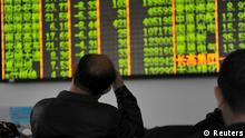 6. Jan. 2016 Investors look at an electronic screen showing stock information at a brokerage house in Hangzhou, Zhejiang province, January 7, 2016. Trading on China's stock markets were suspended for the rest of the day, for the second time this week, as a new circuit-breaking mechanism was tripped less than half an hour after the open. REUTERS/Stringer ATTENTION EDITORS - THIS PICTURE WAS PROVIDED BY A THIRD PARTY. THIS PICTURE IS DISTRIBUTED EXACTLY AS RECEIVED BY REUTERS, AS A SERVICE TO CLIENTS. CHINA OUT. NO COMMERCIAL OR EDITORIAL SALES IN CHINA. (C): Reuters