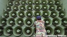 Bildunterschrift:PAJU, REPUBLIC OF KOREA - JUNE 16: A South Korean soldier takes down a battery of propaganda loudspeakers on the border with North Korea in Paju on 16 June 2004 in Paju, South Korea. The removal of the propaganda devices along the world?s last Cold War frontier follows on from the inter-Korean summit accord which was reached in 2000. (Photo by Chung Sung-Jun/Getty Images) Getty Images/Chung Sung-Jun