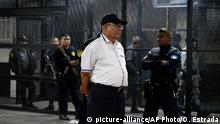 Bildunterschrift:Guatemalan former army commander and brother of deceased former President Fernando Romeo Lucas Garcia, Benedicto Lucas Garcia, arrives for a court hearing in Guatemala City on January 6, 2016. Prosecutors arrested Lucas Garcia in connection with killings and disappearances during the country's 1960-1996 civil war. AFP PHOTO / ORLANDO ESTRADA / AFP / ORLANDO ESTRADA (Photo credit should read ORLANDO ESTRADA/AFP/Getty Images)