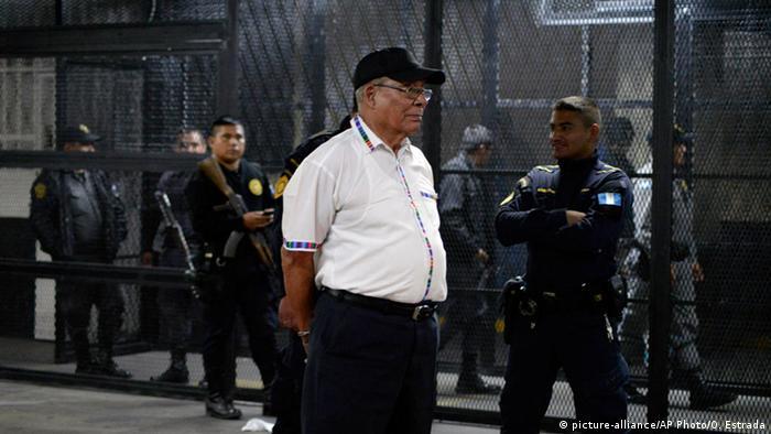 Uno de los acusados, el excomandante del Ejército guatemalteco Benedicto Lucas García, hermano del desaparecido expresidente Romeo Lucas García, en una foto de archivo al llegar a una audiencia judicial el 06.01.2016.