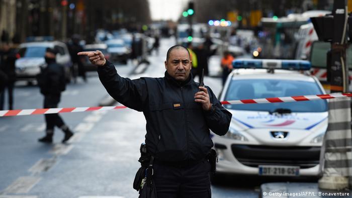 Frankreich Polizei erschießt Mann vor Pariser Kommissariat