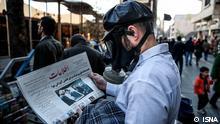 """Titel: Luftverschmutzung Bildbeschreibung: """"Leben mit Maske"""", Künstleraktion gegen Luftverschmutzung in Teheran Stichwörter: Iran, KW1, Luftverschmutzung, Smog, Gasmaske Quelle: ISNA Lizenz: Frei"""