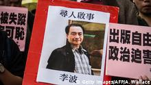 January 3, 2016 Bildunterschrift:In this picture taken on January 3, 2016, a protestor holds up a missing person notice for Lee Bo, 65, the latest of five Hong Kong booksellers from the same Mighty Current publishing house to go missing, as they walk towards China's Liaison Office in Hong Kong. Britain confirmed on January 5 that one of five missing Hong Kong booksellers feared detained by Chinese authorities is a UK citizen, saying it was 'deeply concerned' over the disappearances. AFP PHOTO / ANTHONY WALLACE / AFP / ANTHONY WALLACE (Photo credit should read ANTHONY WALLACE/AFP/Getty Images) Getty Images/AFP/A. Wallace