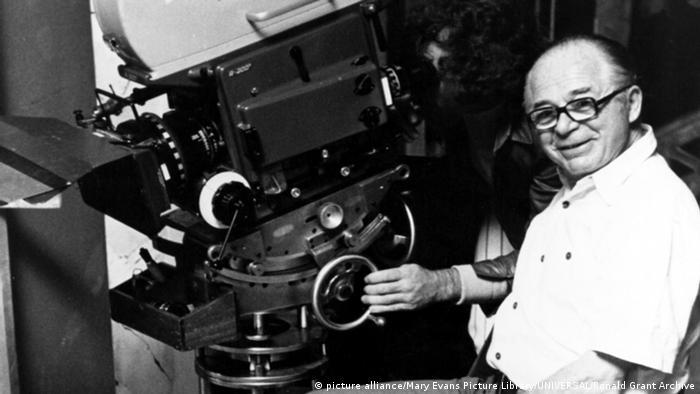 Billy Wilder neben einer altmodischen Kamera (picture alliance/Mary Evans Picture Library/UNIVERSAL/Ronald Grant Archive)