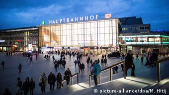 Cologne central station, peaceful. (Photo: picture-alliance/dpa/M. Hitij)
