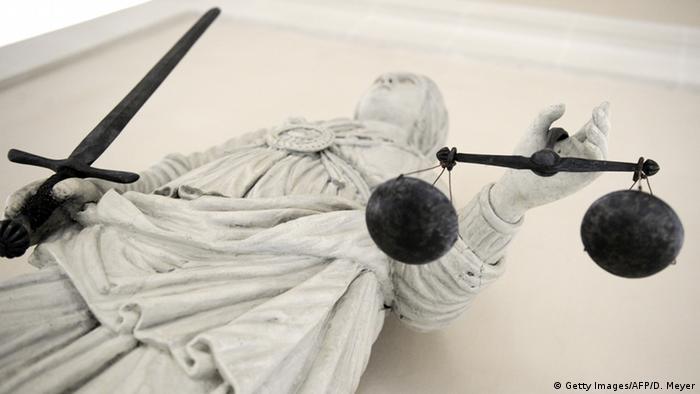 Статуя греческой богини правосудия Фемиды во французском Рене