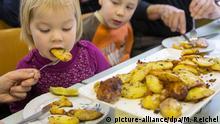 Deutschland, traditionelles Kartoffelscheibenessen