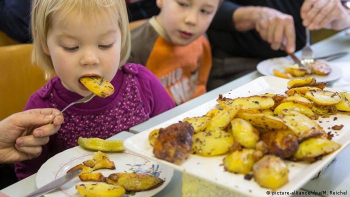 Traditionelles Kartoffelscheibenessen in Thüringen (Foto: picture-alliance/dpa/M. Reichel)