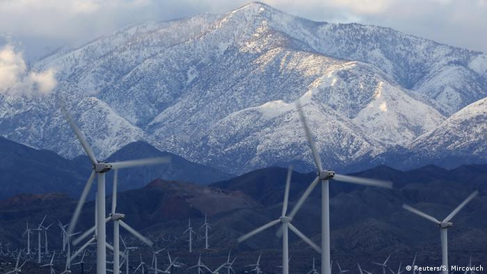 Windfarm in California in front of snowy mountains (Photo: REUTERS/Sam Mircovich)