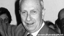 Der deutsch-französische Maler, Bildhauer und Dichter Hans Arp am 18.3.1960 in Hamburg während der Eröffnung einer Ausstellung mit seinen Werken in der Hamburger Kunsthalle. Arp wurde am 16.9.1887 in Straßburg geboren und starb am 7.6.1966 in Basel. Er gehört zusammen mit Max Ernst zu den Mitbegründern und Hauptvertretern des Dadaismus. picture alliance/dpa/Marek