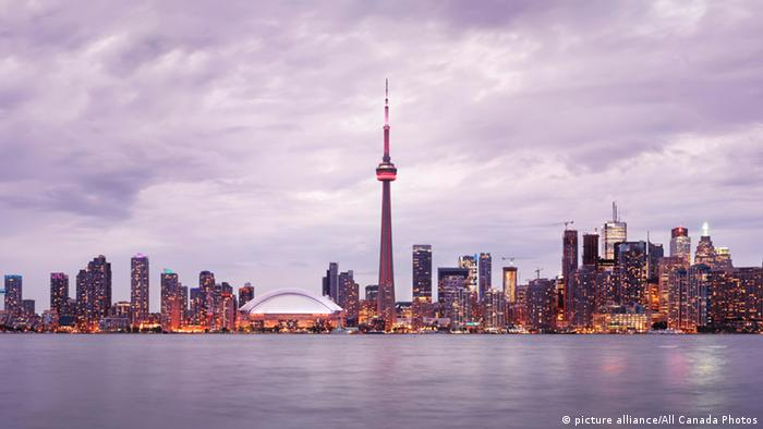 Toronto downtown skyline at sunset, (picture alliance/All Canada Photos)