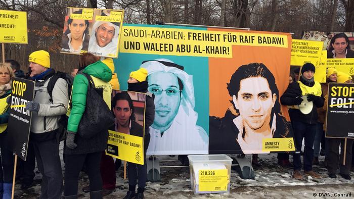 Protesters outside Saudi embassy in Berlin (Foto: Naomi Conrad/DW)