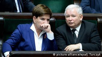 Polen Beata Szydlo und Jaroslaw Kaczynski im Parlament (picture-alliance/epa/J. Turczyk)