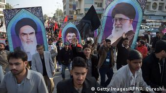 Pakistani Shiite Muslims march during a protest in Islamabad on January 8, 2016, against the Pakistan's government decision to join a Saudi Arabian-led coalition against extremism and the execution of prominent Shiite cleric Nimr al-Nimr (AFP PHOTO / Aamir QURESHI / AFP / AAMIR QURESHI (c) Getty Images/AFP/A. Qureshi)