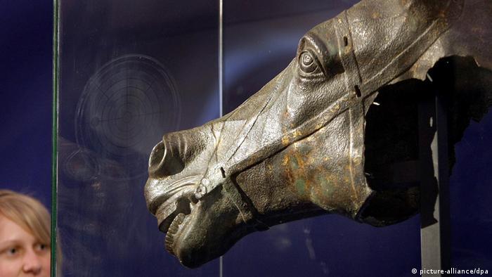 Аугсбург е основан от братята Друз и Тиберий. В 15-тата година преди новата ера двамата дошли тук, за да положат основите на военен лагер, както бил заръчал баща им - император Октавиан Август. По-късно Аугсбург се превръща във второто след Трир най-голямо римско селище северно от Алпите, а в края на 1-ви век става дори столица на римската провинция Реция. На снимката: находка, открита в Аугсбург.