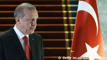 Bildunterschrift:The President of Turkey Recep Tayyip Erdogan arrives to welcome the President of Afghanistan Ashraf Ghani (not seen) during an official ceremony at Presidential Complex in Ankara, on December 24, 2015. / AFP / ADEM ALTAN (Photo credit should read ADEM ALTAN/AFP/Getty Images)