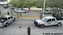 Bildunterschrift:Video grab showing marines standing guard in the streets after the military operation which resulted in the recapture of Joaquin 'El Chapo' Guzman in the city of Los Mochis, Sinaloa State, Mexico, on January 8, 2016. Mexican marines recaptured fugitive drug kingpin Joaquin 'El Chapo' Guzman in the northwest of the country, six months after his spectacular prison break embarrassed authorities. AFP PHOTO / STR / AFP / - (Photo credit should read -/AFP/Getty Images)