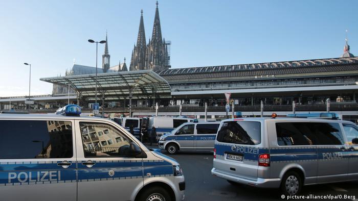 Deutschland Köln Polizei Vorbereitung Demonstrationen Pegida Gegendemonstranten Vorbereitungen