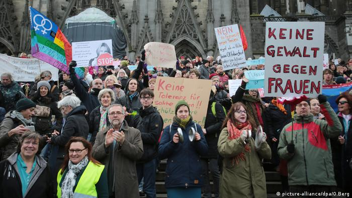Deutschland Köln Demonstrationen Pegida Gegendemonstranten (picture-alliance/dpa/O.Berg)