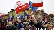 9.1.2016 People hold EU and Polish flags as they gather during a pro-democracy demonstration at the Old Town in Warsaw, Poland January 9, 2016. REUTERS/Kacper Pempel Reuters/K. Pempel