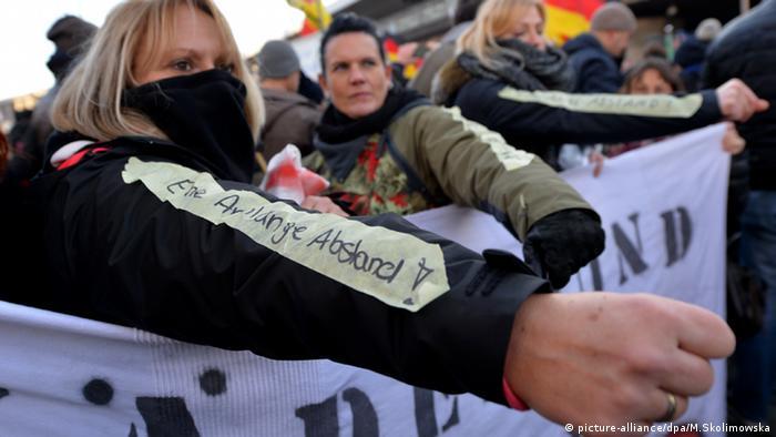 Участники демонстрации Pegida в Кельне расстояние вытянутой руки