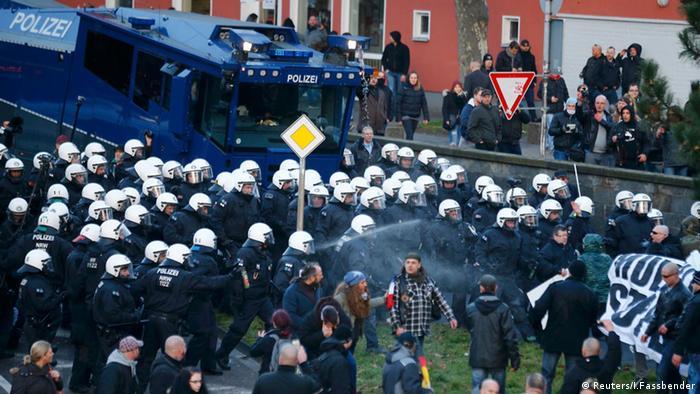Köln Pegida Polizei Pfefferspray