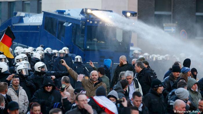 Köln Pegida Polizei Wasserwerfer