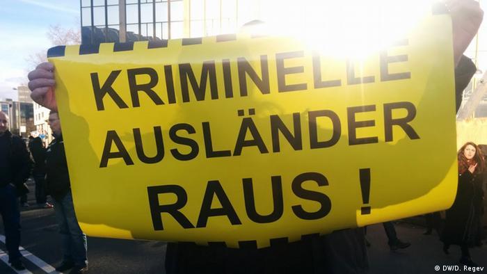صحنهای از تظاهرات جنبش دستراستی پگیدا در کلن؛ شعار نوشتهشده بر روی بنر: خارجیهای مجرم را بیرون کنید