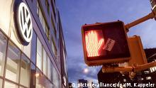 ARCHIV - The logo of car maker Volkswagen (VW) shines bright above the entrance to a VW branch next to a red traffic light for pedestrians in Manhattan, New York, USA, 26 September 2015. Photo: Michael Kappeler/dpa (zu dpa «Dieselgate»: US-Klagen gegen VW werden in Kalifornien verhandelt vom 09.12.2015) +++(c) dpa - Bildfunk+++ picture-alliance/dpa/M. Kappeler