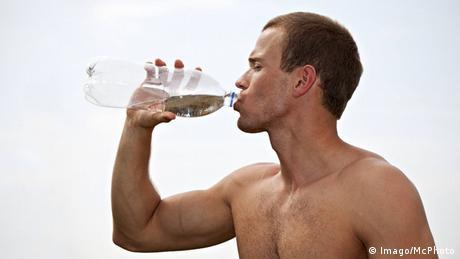 Symbolbild Wasser trinken Gesundheit