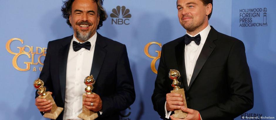 """Alejandro González Iñárritu e Leonardo DiCaprio com seus prêmios por """"O regresso"""""""