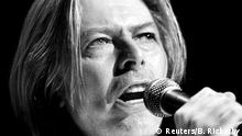 Entertainer David Bowie sings at the Yahoo! Internet Life Online Music Awards in New York in this July 24, 2000 file photo. Singer Bowie has died after an 18-month battle with cancer, his official Twitter account announced on January 11, 2016. REUTERS/Brad Rickerby/Files +++ (C) Reuters/B. Rickerby