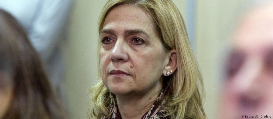 A infanta Cristina, irmã do rei Felipe, comparece à corte: ela é acusada de cooperar com os delitos fiscais do marido
