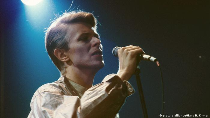 David Bowie singing into a microphone in 1978 (picture alliance/Hans H. Kirmer)