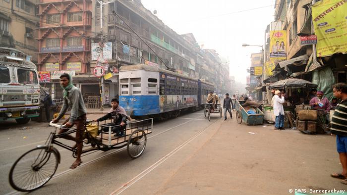 Indien Winter Kalkutta Fahrrad Taxi Straßenbahn
