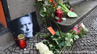 Mourners left flowers and candles in front of Bowie's former apartment in Berlin, Copyright: Jens Kalaene/dpa