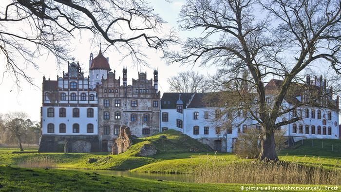 Deutschland Schloss Basedow in der Mecklenburgischen Schweiz bei Malchin