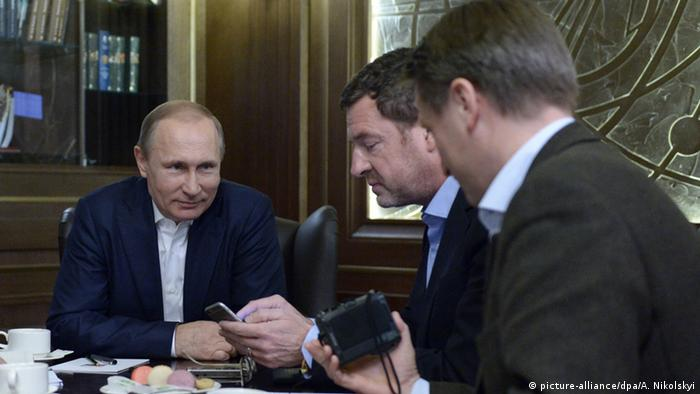 Putin being interviewed by Bild reporters in Sochi (picture-alliance/dpa/A. Nikolskyi)