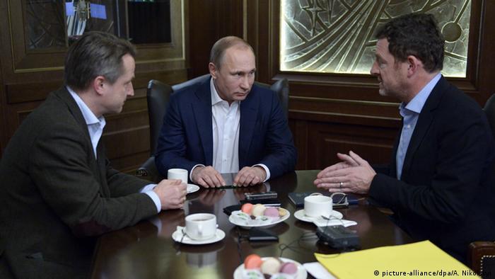 Журналисты беседуют с российским президентом