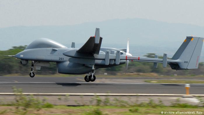 Eine Drohne vom Typ Heron TP beim Start in San Salvador (Foto: dpa)