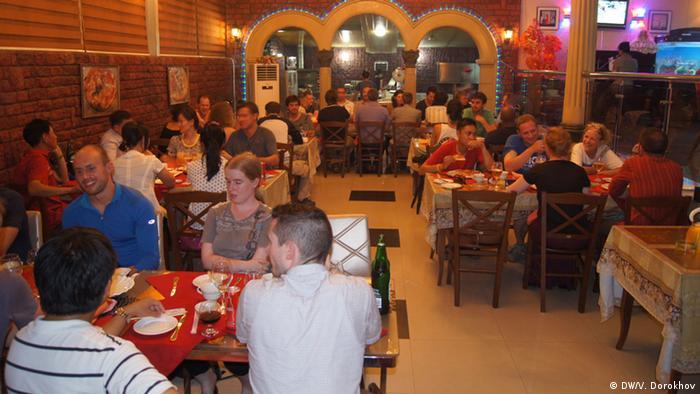 Иностранные туристы в пиццерии в Пхеньяне