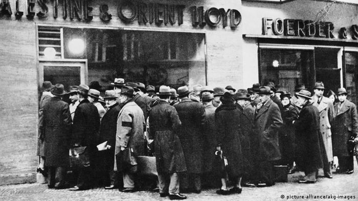 1939: Jews standing in front of a tourist office in Berlin (picture-alliance/akg-images)