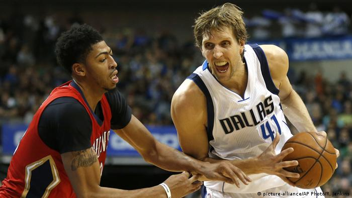 Spielszene Dirk Nowitzki (Foto: picture-alliance/AP Photo/R. Jenkins)
