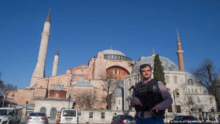 Türkei Anschlag in Istanbul - Polizist vor Hagia Sophia