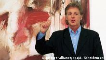 Paul McCartney in front of one of his paintings (picture-alliance/dpa/A. Scheidemann)